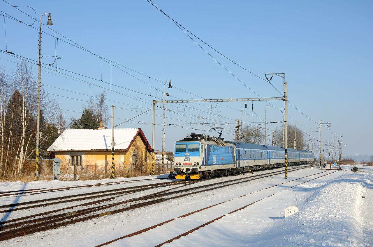 Nur wenige Minuten später kam 362 120, eine Lok im Najbrt 1 Design, mit R711 durch den Bahnhof gerauscht. Das Najbrt 1 Design, wird mittlerweile in das najbrt 2 umlackiert, weswegen die Lackierungsvariante der 362 120 mittlerweile selten ist.