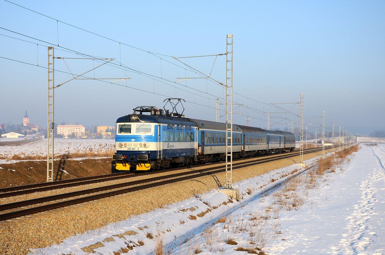 Etwa 2 Stunden später standen die nächsten Schnellzüge auf dem Fahrplan. Zuerst sollte der R664 aus Brno kommen. Er kam bei Veseli nad Luznici mit 242 267 auf der Neubaustrecke dahergebraust.
