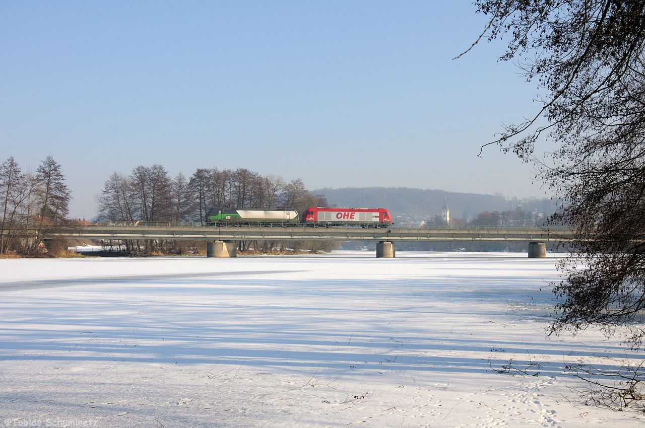 Gleich am Tag drauf bekam ich die Info, dass der OHE ER20 270080 einen Vectron von Hof nach Regensburg überführen sollte. Ich holte Tobias ab und wir erwarteten das Gespann auf der Naabbrücke in Schwandorf.