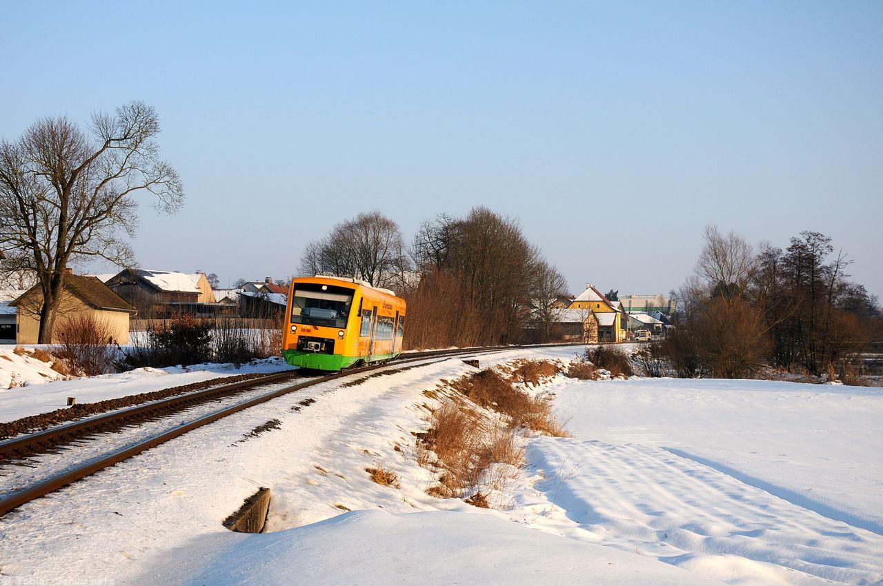 Für den EVB Holzzug von Furth im Wald nach Hengersburg postierten wir uns danach in Pösing wo zuerst im immer knapper werdenden Licht VT34 der Oberpfalzbahn an uns vorbeifuhr. Der Holzzug kam dann gut 30 Minuten nach Sonnenuntergang.