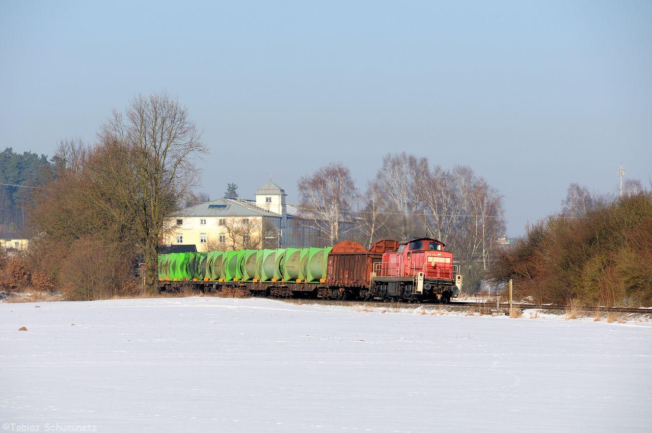Im Block danach folgte der Müllzug von Weiden nach Schwandorf, welcher jetzt EK55966 heisst. Im Hintergrund sieht man das alte große Fabrikgebäude von WITT Weiden.