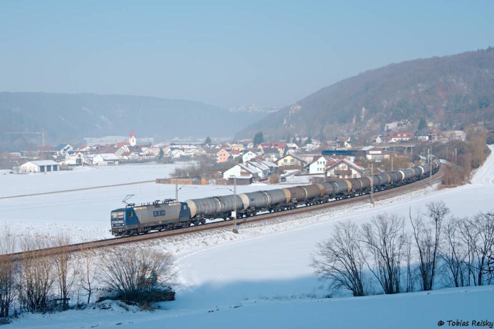 Um die Mittagszeit war dann auch bei Breitenfurt endlich die Sonne über den Berg gekommen und sehr zu unserer Freude kam mit Lok 125 der RBH eine 143 vor einem Kesselzug des Weges.