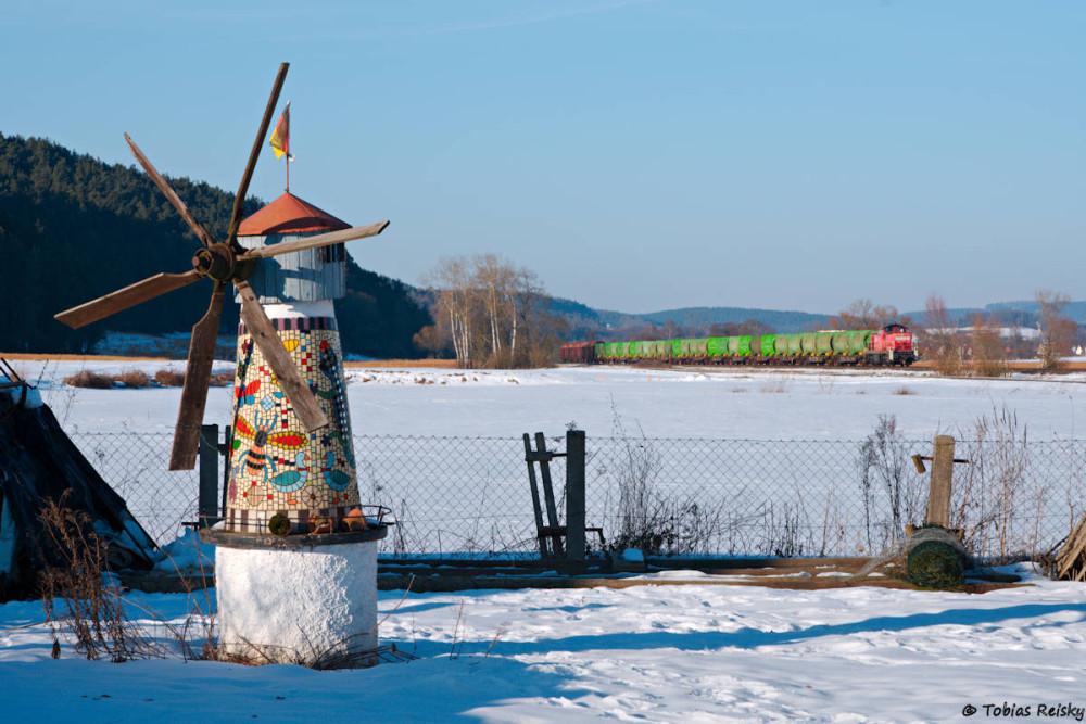 An der hübschen Haindorfer Windmühle kam dann der Müllzug zur erwarteten Zeit vorbei.