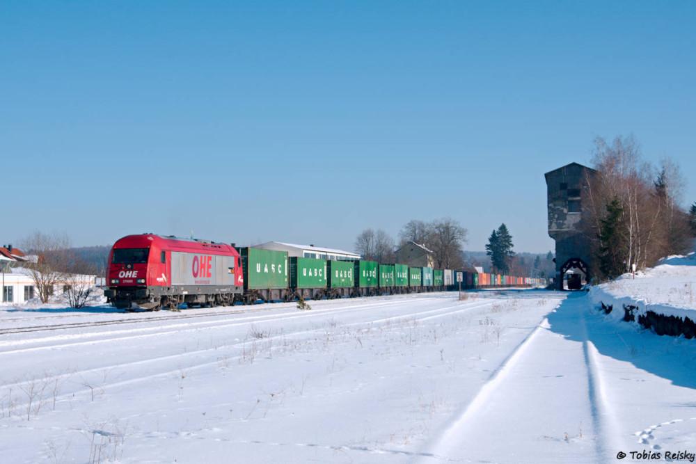 Der Containerzugumlauf war etwas durcheinander, wodurch bereits Mittags ab Wiesau nach Hof gefahren wurde. Ein schneller Stellungswechsel nach Pechbrunn brachte das erhoffte Bild.