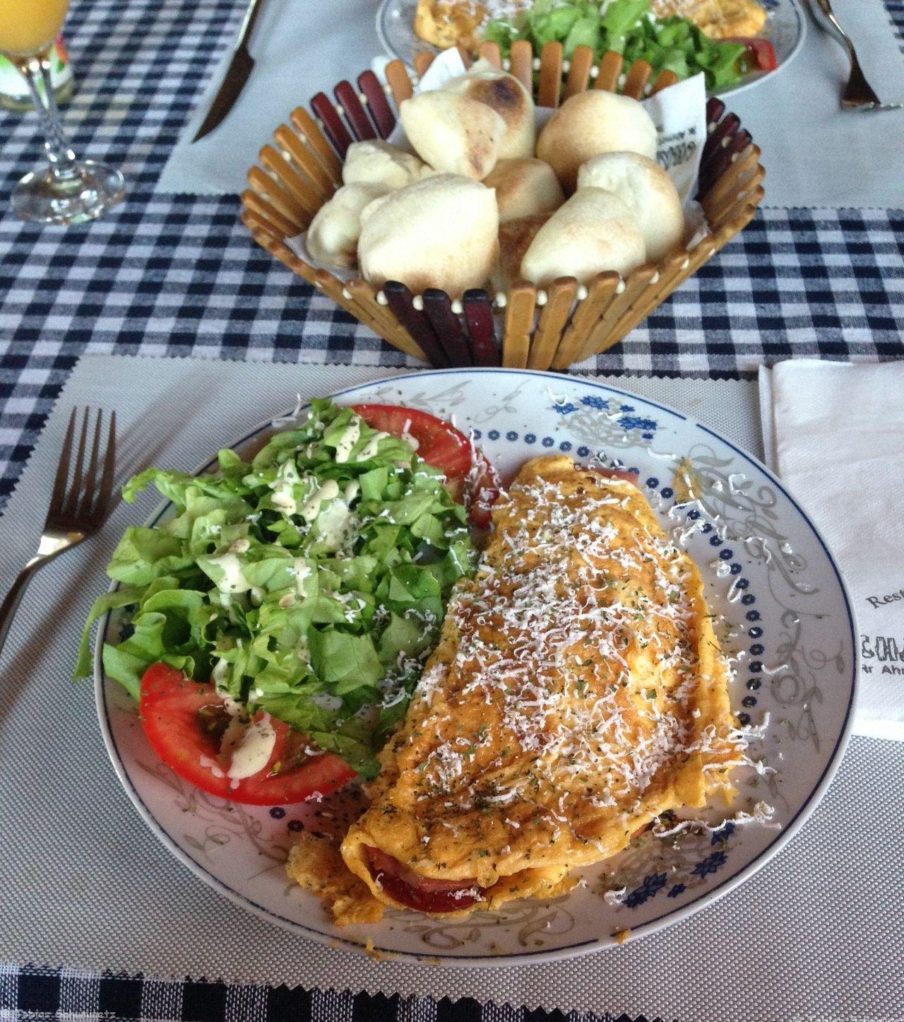 Nach dem Frühstück - einem leckeren Omlett mit Salami und Käse gefüllt und den im Steinofen aufgebackenen kleinen Semmelchen ging es dann los!