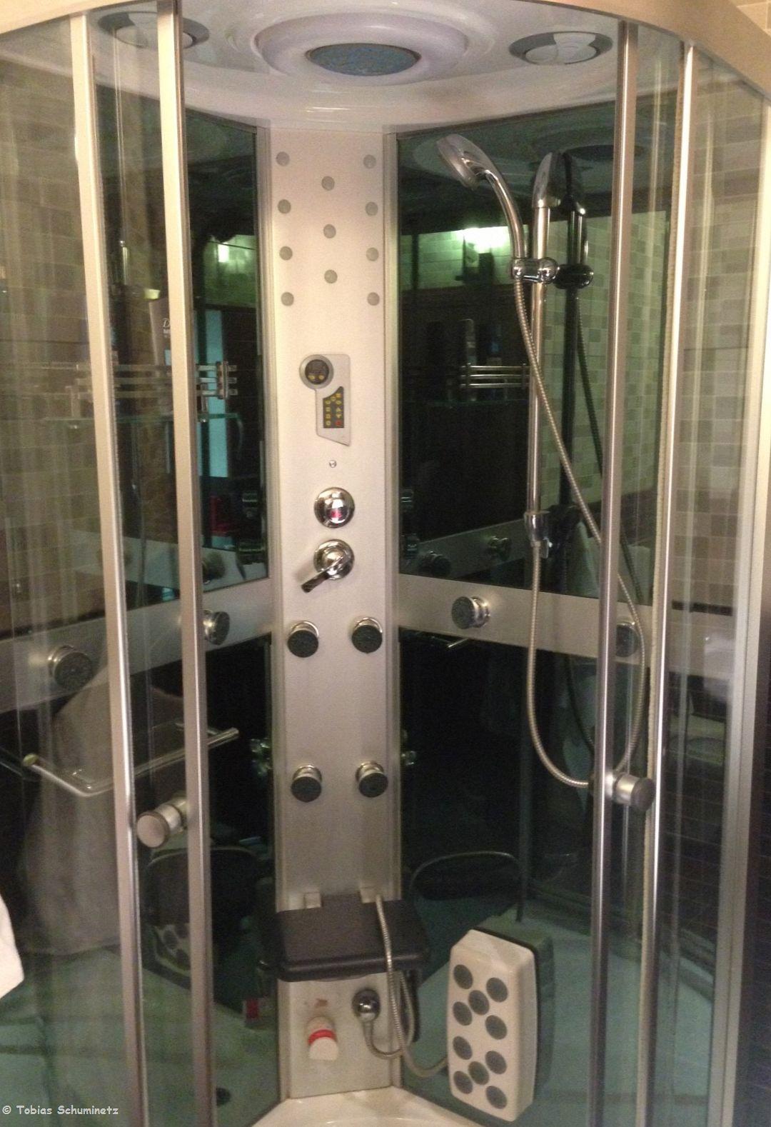 Die Dusche im Hotel war hypermodern mit der Möglichkeit, den Wasserstrahl quasi aus allen Richtungen strahlen zu lassen, was natürlich bei mir eingestellt war. Brrr... es war anfangs eiskalt. Und ohne jegliche Beschriftung musste man auch erstmal die richtige Einstellung finden. Ein tolles Gimmik war der von der Dusche aus bedienbare Radio...