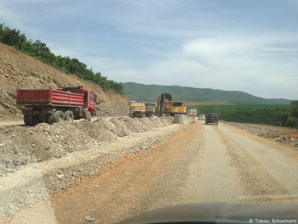 Wir verfolgten den Zug in RIchtung Pristina. Dabei mussten wir auch noch durch eine bestens abgesicherte Autobahnbaustelle :-)