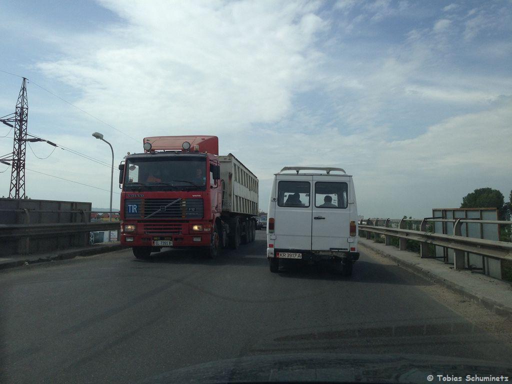"""Wir beschlossen nun den Zug ziehen zu lassen und wieder zurück in den Kosovo zu fahren. Da das Wetter keine Besserung zu erwarten war und der Zug doch seeehr langsam war. In einer Ortsdurchfahrt liefen wir auf einen alten Mercedes-Bus auf, welcher von der """"Katholischen Jugendfürsorge"""" war. Leider ist der Aufkleber auf dem Handybild nicht so gut zu lesen. Aber der alte Volvo F12, der entgegenkam, ist auch schon eine Antiquität."""