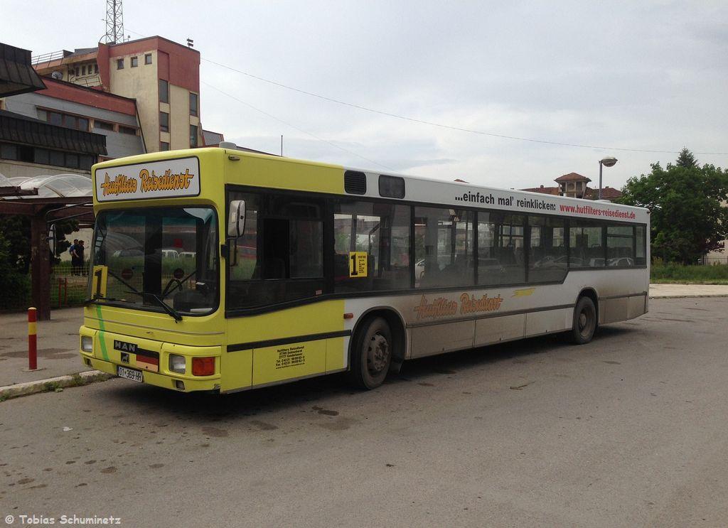 """Vor dem Bahnhof in Kosovo Polje wartete der Bus von """"Hutfilters Reisedienst"""" auf Fahrgäste. Im Kosovo erkannte man anhand der Anschriften oft noch die Herkunft der Fahrzeuge. Viele kamen aus Deutschalnd oder der Schweiz."""