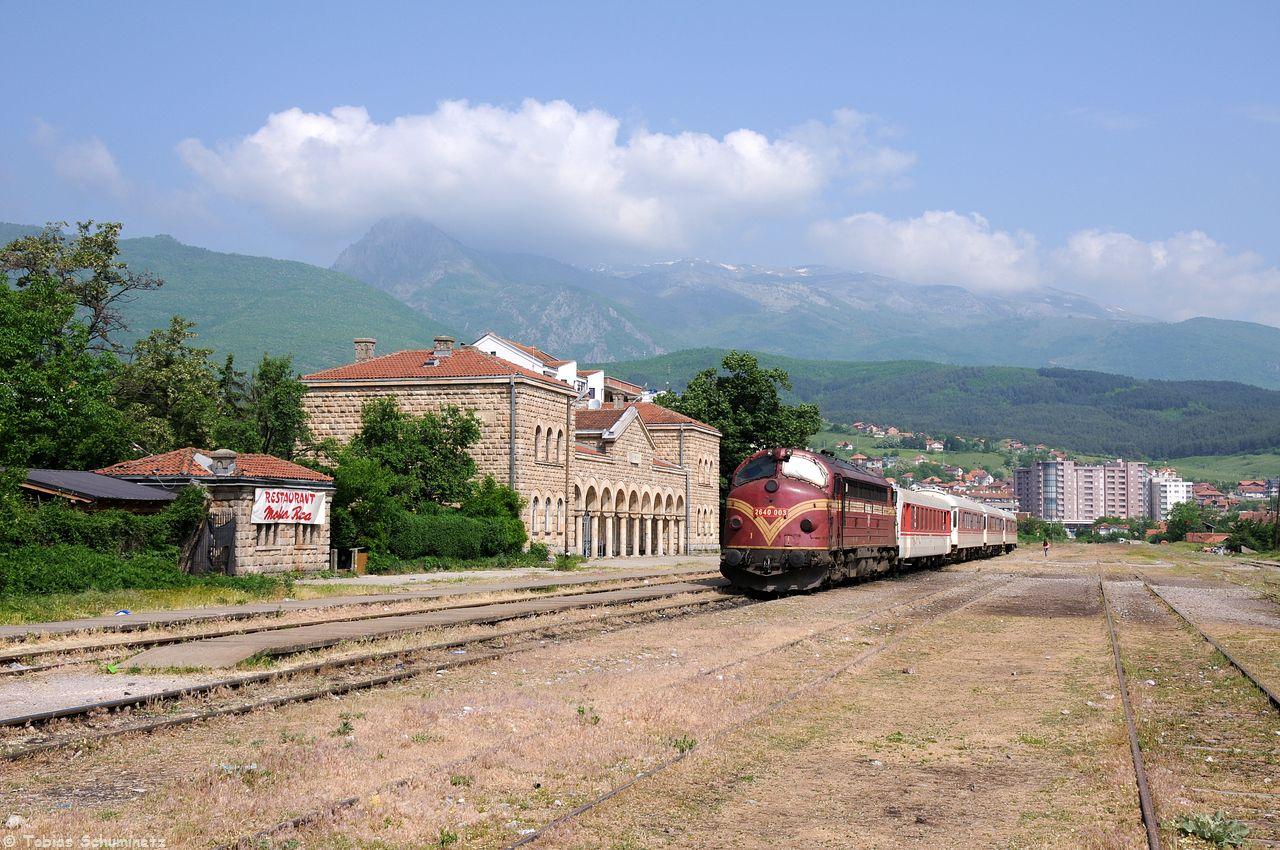 Lok 007 (2640 003) stand wie beim letzten Mal schon abfahrbereit im Bahnhof Peje. Im Hintergrund sieht man nun das Gebirge besser.