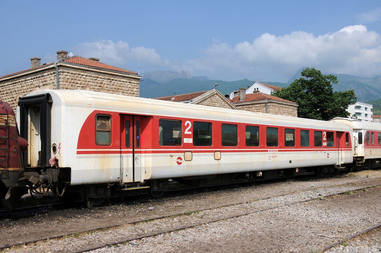 Einer der in Österreich gebraucht gekauften Schlierenwagen mal als Großaufnahme im Bahnhof Peje.