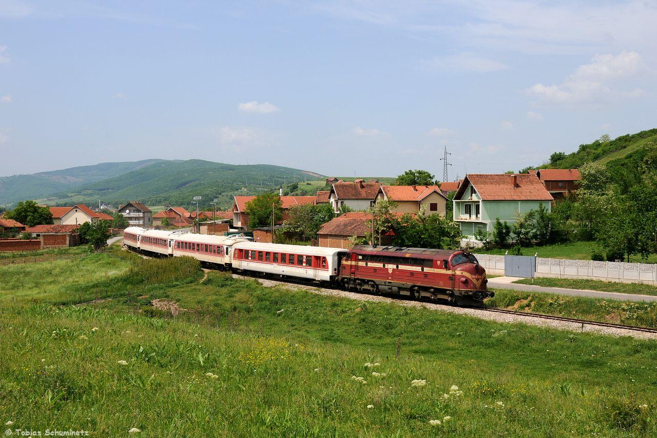Wir nahmen die Verfolgung auf und bei der Ortsdurchfahrt von Groboc kurz vor Bard i Madh konnten wir den Zug ein weiteres Mal aufnehmen.