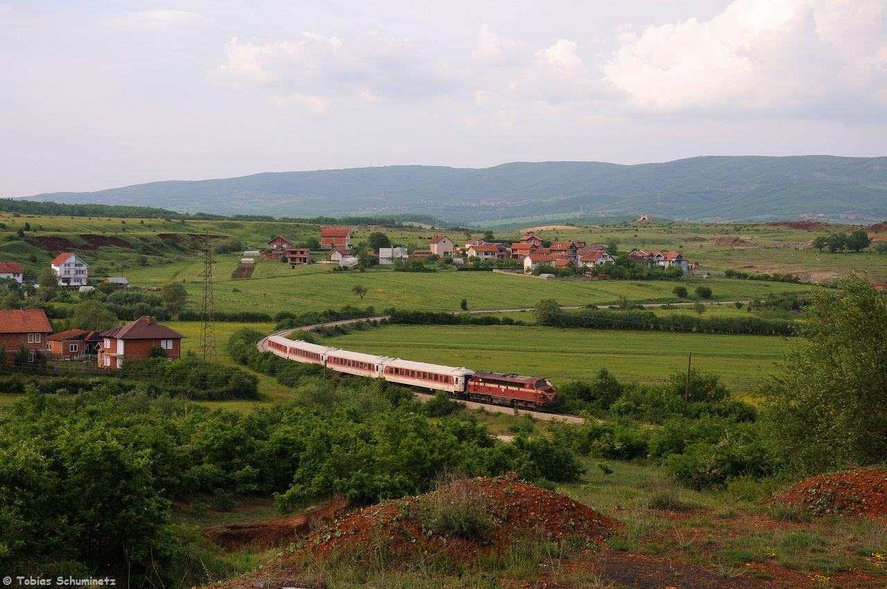 Wir fuhren dem Zug hinterher. Kurz vor Drenas konnten wir den Zug noch in einer langgezogenen Kurve festhalten. Danach fuhren wir zurück nach Pristina ins Hotel und assen zu Abend.