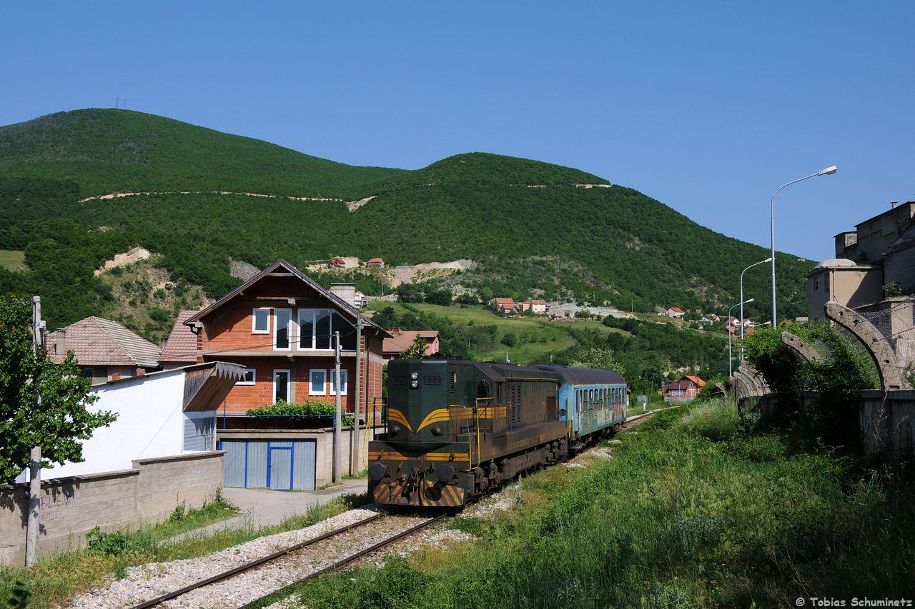 Eigentlich ist der IC891 ja ein internationaler Schnellzug welcher die Landeshauptstädte Pristina und Skopje verbinden soll. Doch allzuoft muss man am Grenzbahnhof in Hani i Elezit umsteigen, so auch heut. 661 234 der Mazedonischen Staatsbahn mit einem Wagen als IC891 bei der Ausfahrt aus Hani i Elezit. Vorgestern hatte Dennis hier den Zug mit den Trainkos Wagen gemacht, die wären hier viel besser zur Geltung gekommen als bei meinem Bild, so muss ich mich mit einem Grafitti-Wagen begnügen.