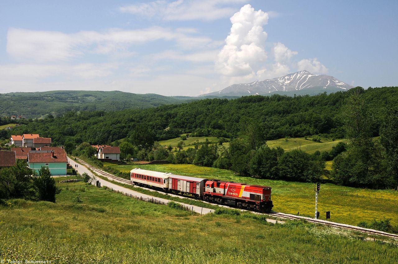 Lok 001 fuhr dann auch mit dem TL4102 zurück. Wir erwarteten ihn bei Runeve mit Berg im Hintergrund.