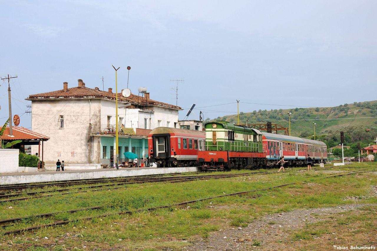 Hier sieht man die Zugkreuzung zwischen dem Zug aus Fier und dem, den wir verfolgen wollen, nach Librazhd. T669.1059 wird die Zuglok sein.