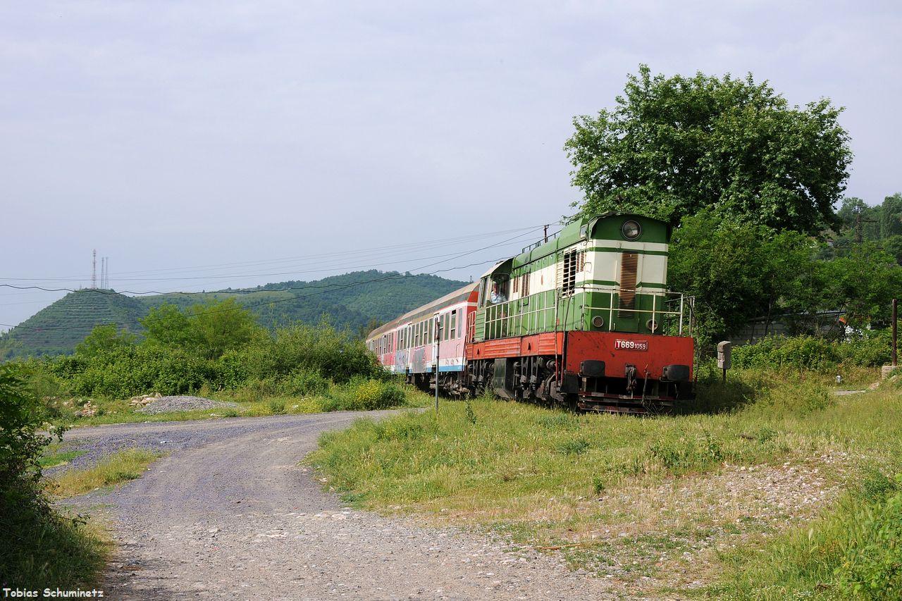 Durch Paper überholten wir den Zug wieder, er musste ja im Bahnhof anhalten. Kurz hinter dem Ort verewigten wir T669.1059 mit ihren zwei ex DB-y-Wagen.