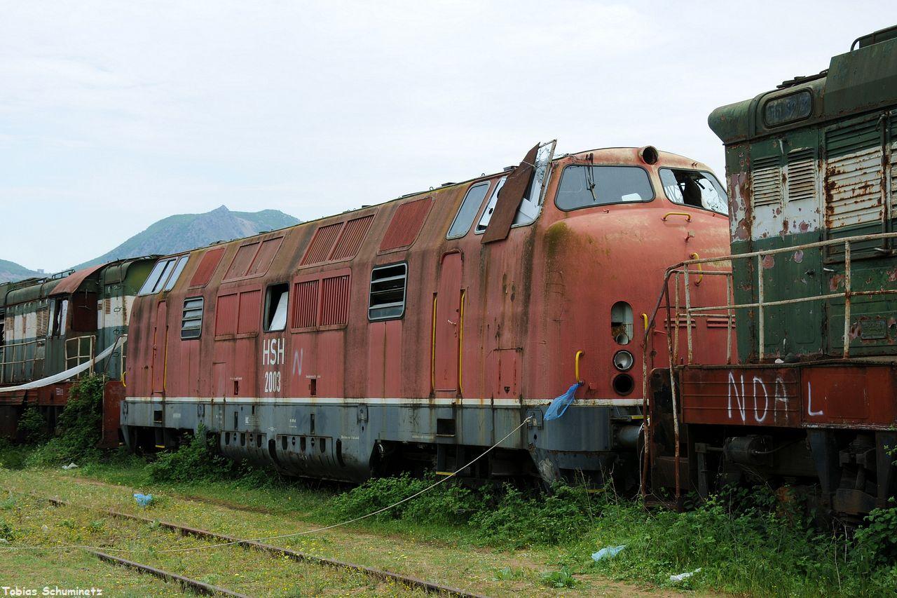 Während die weiteren 4 ehemaligen V200 im Bahnhof Memelisht verschrottet wurden, wird 2003 im Jahr 2015 noch gebraucht. An der Lok war an der wegführenden Leine noch der Esel angebunden.