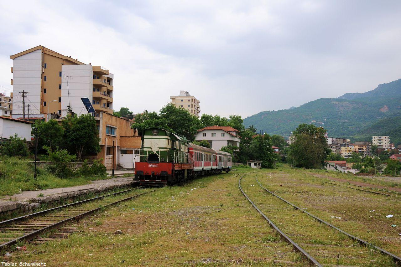 Wir fuhren wieder zurück nach Librazhd, denn die Abfahrt unseres Zuges rückte immer näher. Zuvor fuhren wir aber noch schnell zum Bahnhof um ein Standbild des Zuges zu machen.