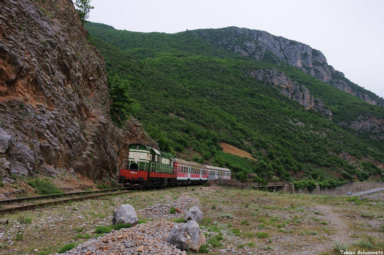 Selber Standpunkt, nur den Zug etwas herkommen gelassen und weniger Brennweite.