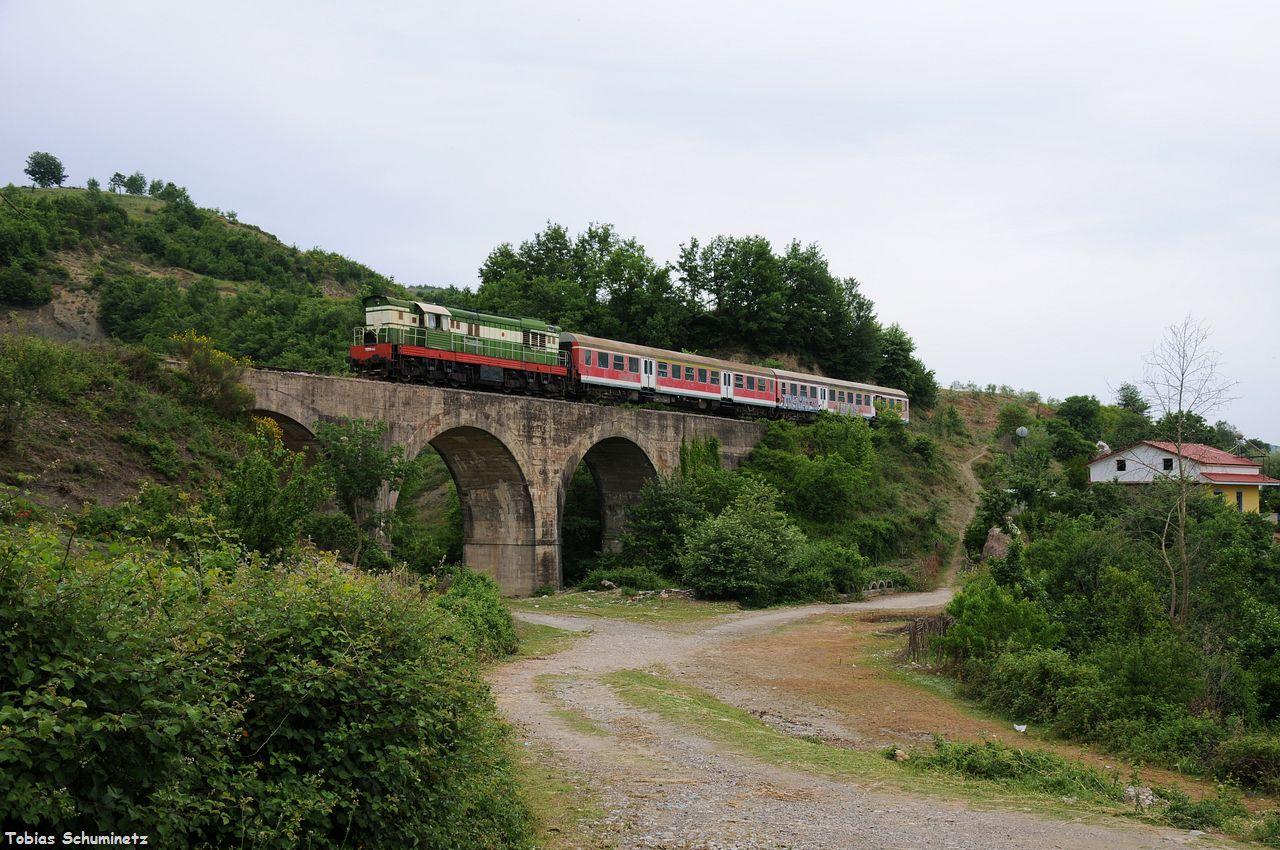 Wir verfolgten den Zug weiter, da es eh unsere Route war. Bei Paulesh haben wir an einer der vielen Bogenbrücken angehalten.