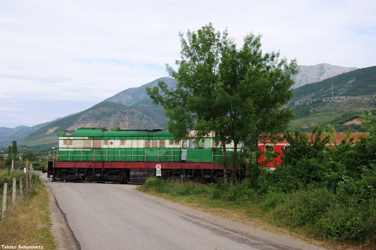 Als der Zug mit einer für mich unerkannt gebliebenen T669 kam, hat es aber schon wieder aussichtslos zugezogen. Daher hab ich den Zug seitlich mit dem Bahnübergang fotografiert.