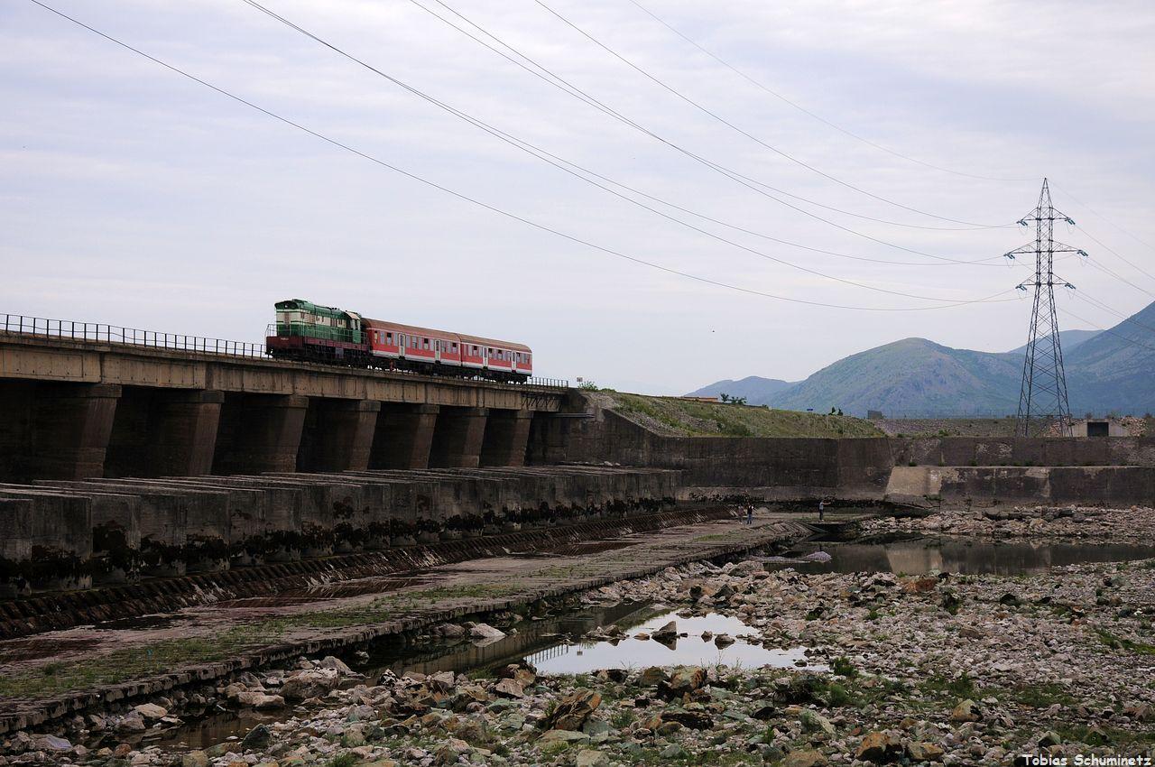 Da wir jetzt eh schon in der Gegend waren und ein charakteristisches Motiv in Albanien eh in der Nähe war, sind wir noch zu der großen Staumauer bei Vau-i-Djes gefahren. Leider wurde es immer dunkler.