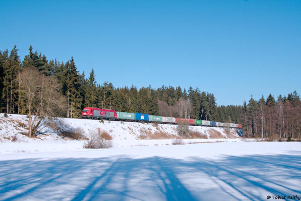 Los geht's am 14.02.2017, als in der nördlichen Oberpfalz noch Schnee lag: ex OHE 270080 bespannte an diesem Tag den Containerzug von Hof nach Wiesau. Mittlerweile ist die Lok in den Farben der SETG beklebt.