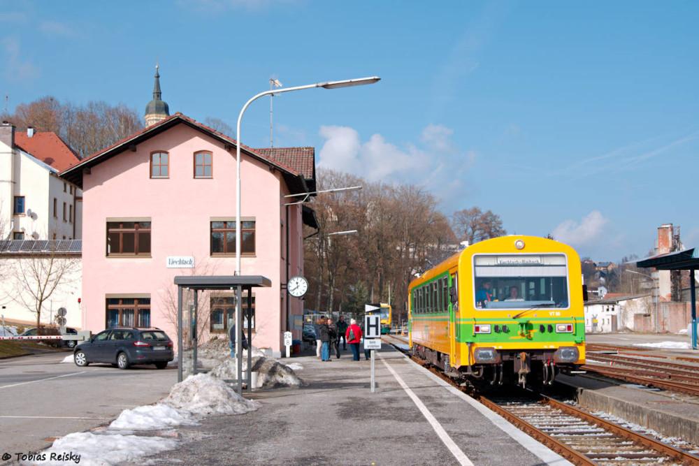 Zwar kein Güterverkehr, aber natürlich dennoch ein Foto wert: der frisch hauptuntersuchte und neulackierte VT08 der SVG vor seiner Überführungsfahrt von Viechtach nach Augsburg am 19.02.2017.
