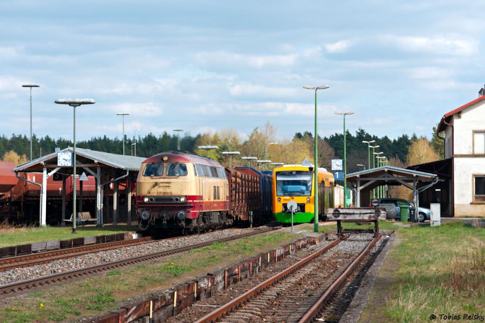 Zum Abschluß noch ein Bild vom 11.04.2017 aus Bodenwöhr Nord: Während die herrliche 217 002 mit einem Holzzug von Furth im Wald nach Hengersberg durchfährt wartet VT40 der Länderbahn auf die Weiterfahrt Richtung Furth im Wald.