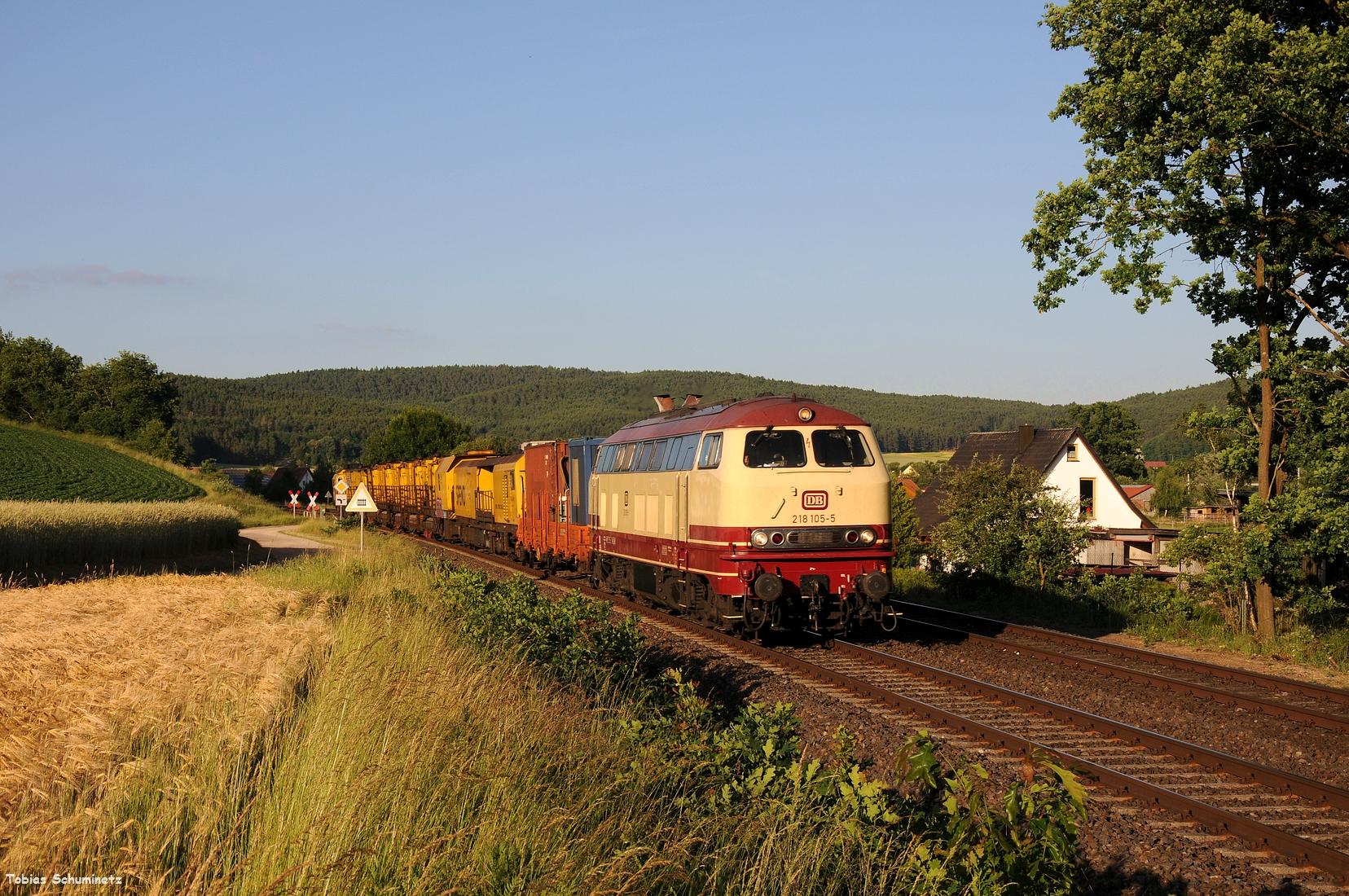 nur zwei Tage später suchte ich die Fotostelle bei Brensdorf auf um 218 105 mit Bauzug aufzunehmen.
