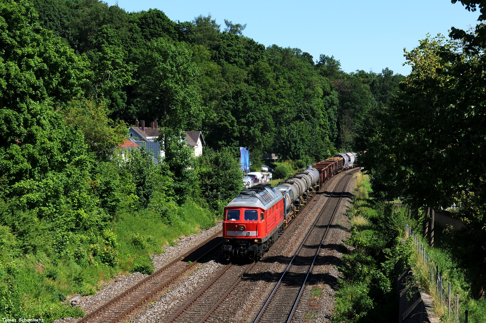 AM Nachmittag des 19.06.2017 wurde 232 609 mit dem EK56014 bei der Ausfahrt aus Amberg im Bild festgehalten.