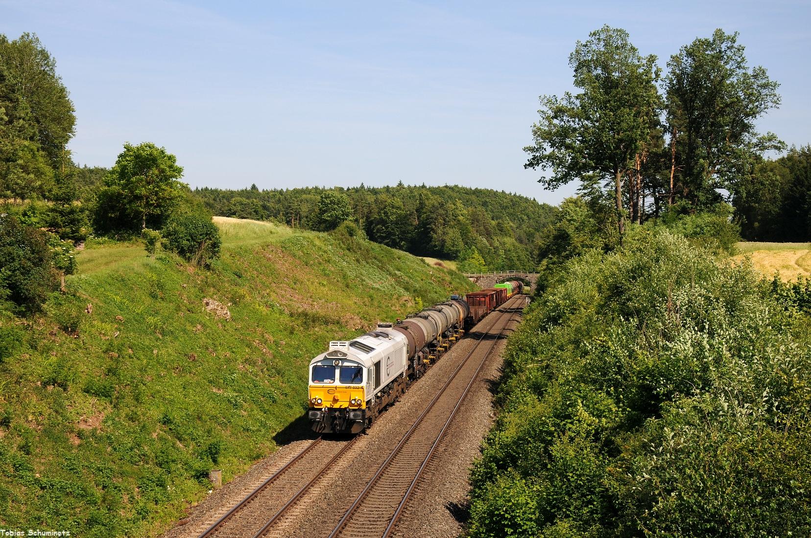 Tags darauf war der Ek56014 wieder mit 077 032 traktioniert. Kurz vor Neukirchen (b. Sulzbach-Rosenberg) wurde der Zug abgewartet.