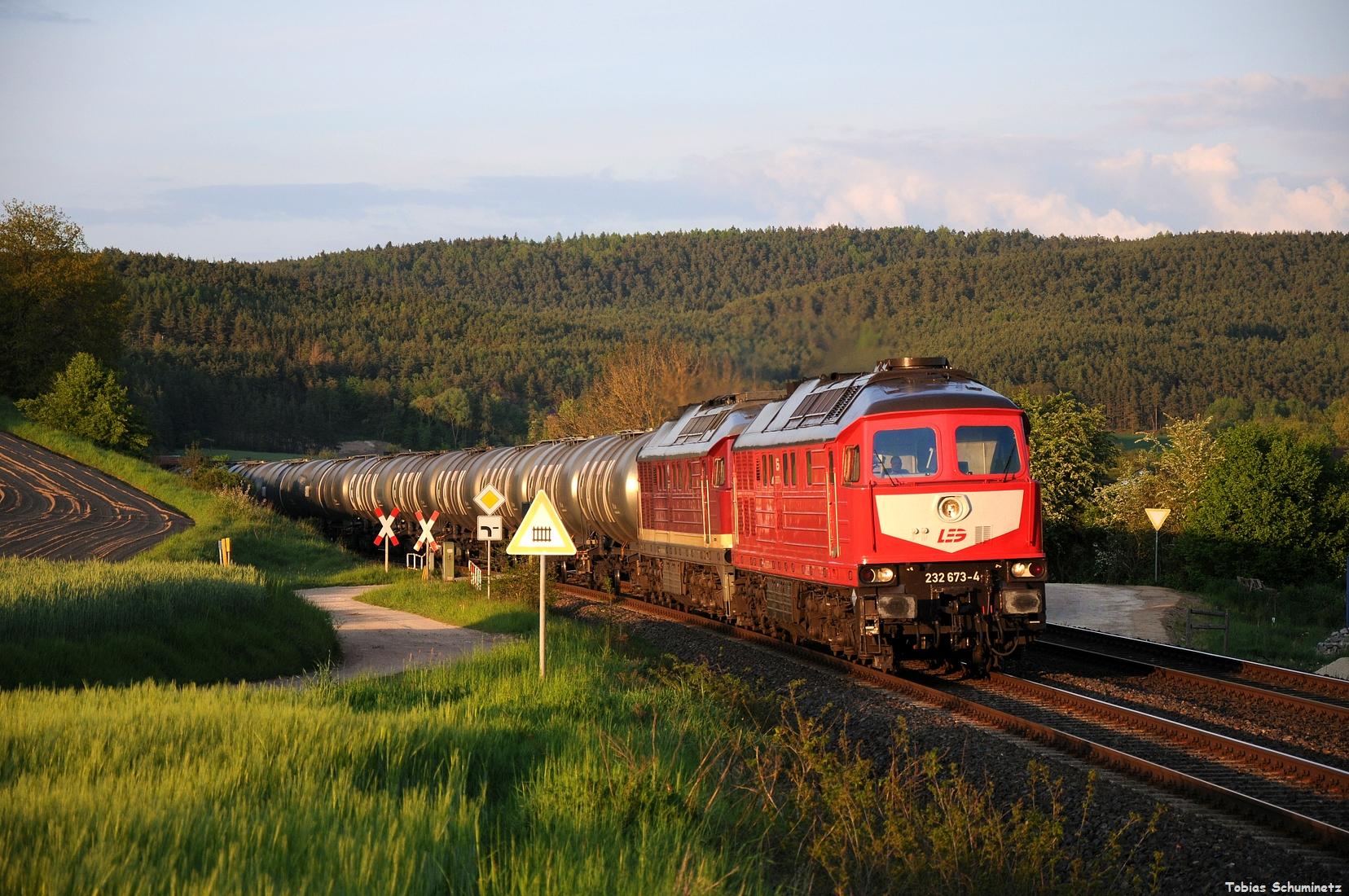 Nur ein paar Tage später kam die Vormeldung, dass die LEG mit einem Kesselzug im Naabtal fahren sollte. Ziemlich spät am Abend wurde es im allerletzten Licht bei Brensdorf, als 232 673 und 232 109 ihren Zug befeuern. Immerhin hing die schönste 232 der LEG vorne.