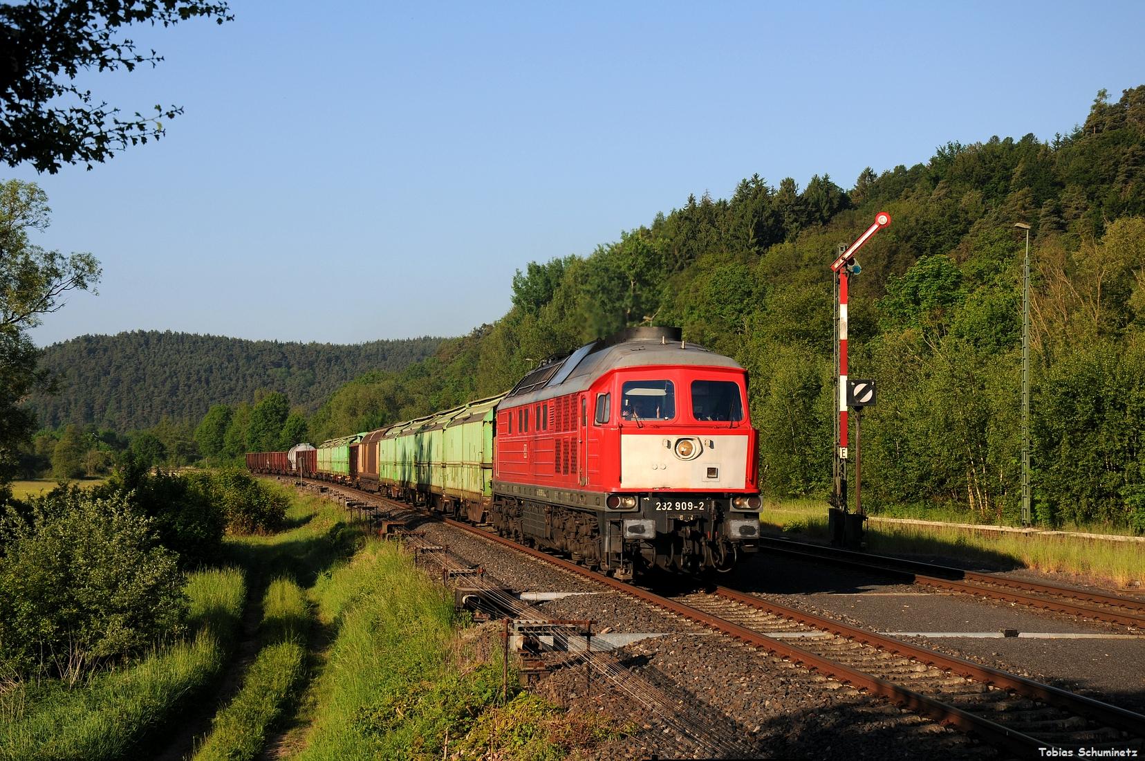 Nachdem der Regionalexpress durch war folgte der EZ45367 mit der 232 909. Besonders schön sind die mittlerweile seltenen grünen Hackschnitzelwagen hinter der Lok.