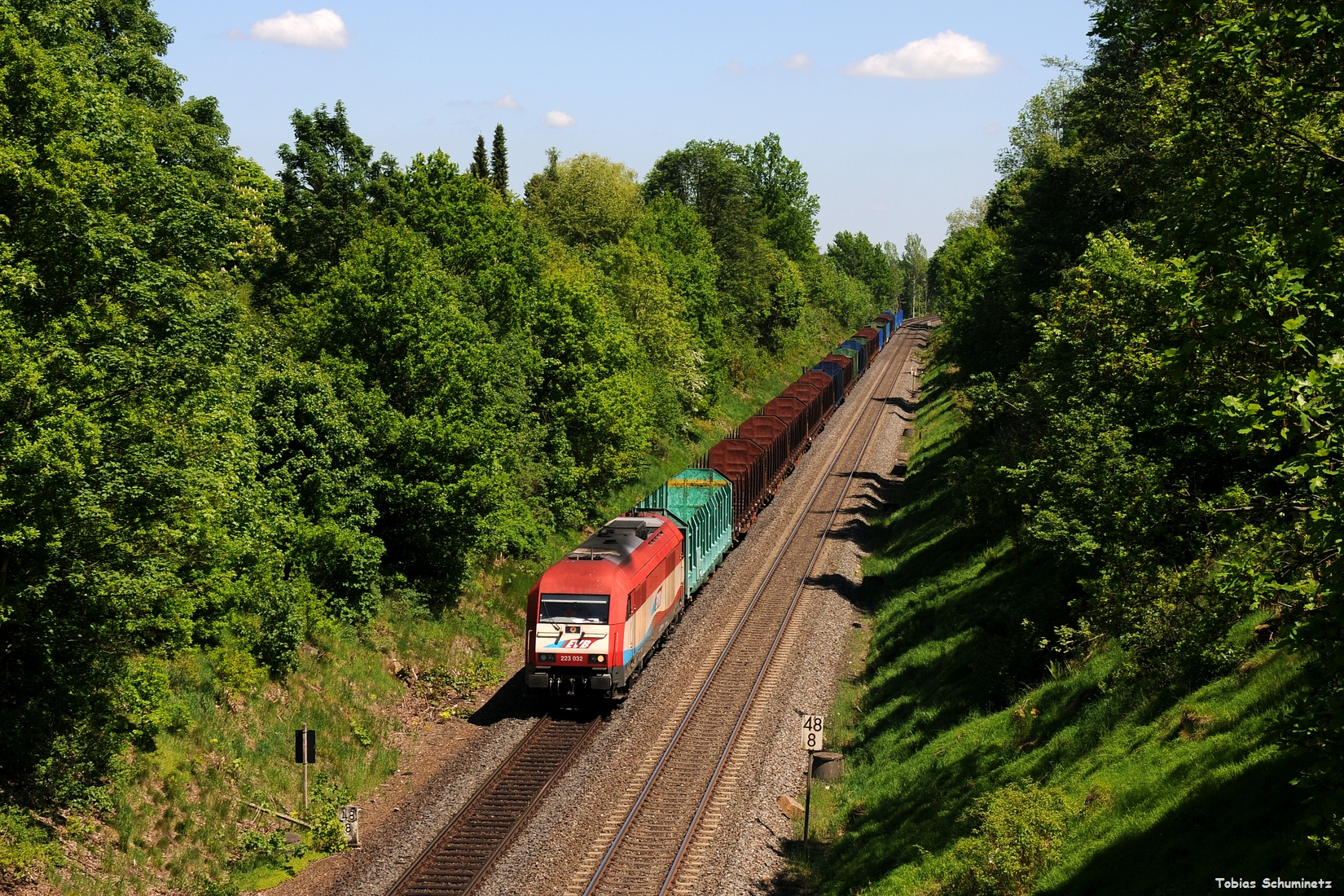 Die EVB 223 032 kam auch noch mit einem leeren Holzzug in Richtung Cheb gefahren und wurde kurz vor Marktredweitz auf den Chip gebannt.