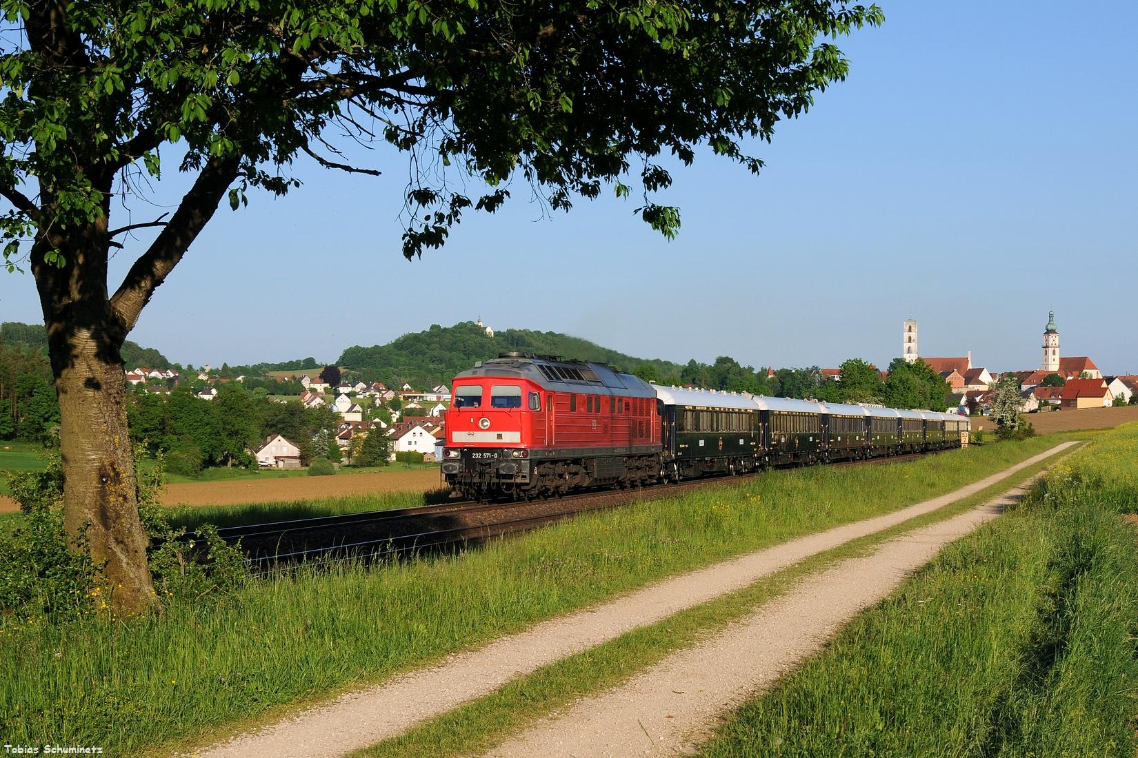 """Zum Abschluss des 27.05.2017 gab es dann noch den NF13450 """"VSOE Orient Express"""" welcher von 232 571 in Furth im Wald übernommen wurde. Hier bei Sullzbach-Rosenberg."""