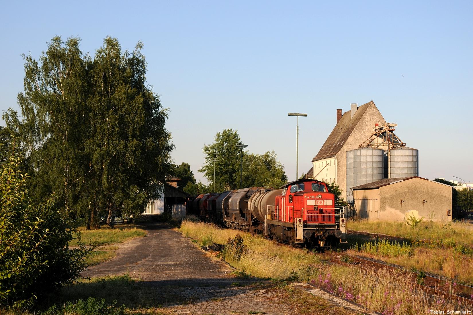 Am 20.06.2017 war ich gemeinsam mit Marcel und Domos unterwegs. Kurz vor Abfahrt sonnt sich noch 294 598 mit ihrem Zug im Bahnhof von Hirschau.