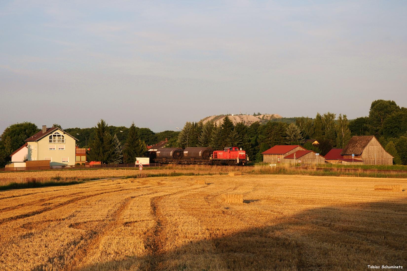 Am 18.07.2017 war immernoch 294 612 für die Fahrten von und nach Hirschau eingeteilt. Hier beschleunigt sie ihren Zug am Ortsrand von Hirschau.