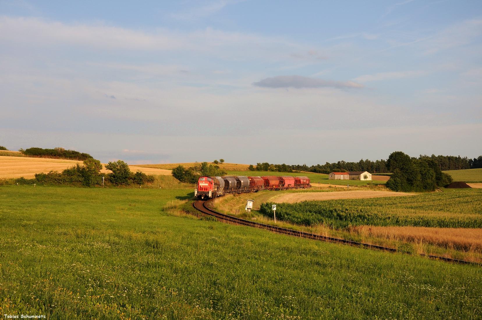 Heute habe ich den Zug noch verfolgt. Leider kam ich aus dem Feld vorher zu langsam zum Auto sodass ich ihn nur in der Burgstaller Panoramakurve umgesetzt habe. Der Panoramablick von Gebenbach wäre zeitlich zu riskant gewesen.