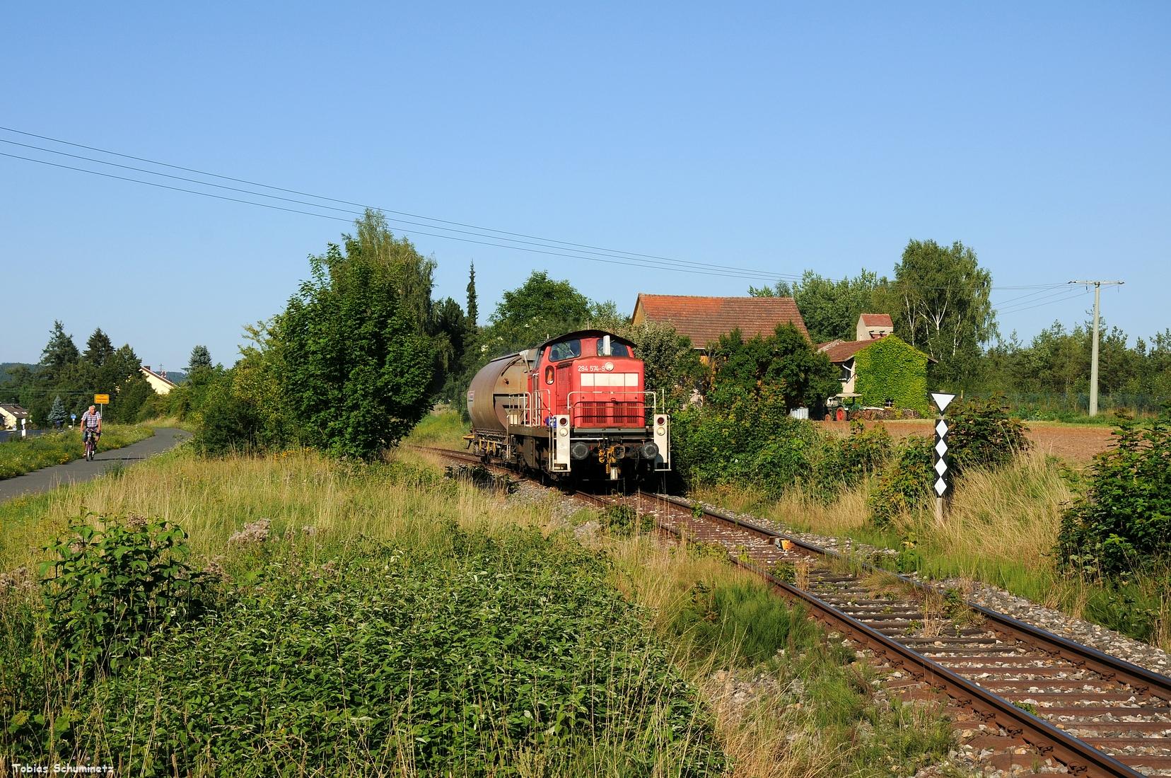 Und als Bonus gibts noch ein Bild vom 07.08.2017 wo 294 574 mit dem EK55976, aus welchem der EK55977 hervorgeht gerade Schnaittenbach verlässt. Das Bild mit dem alten Bauernhof hatte ich auch schon lange in meinem geistigen Auge, ich hatte es nur nie geschafft es umzusetzen.