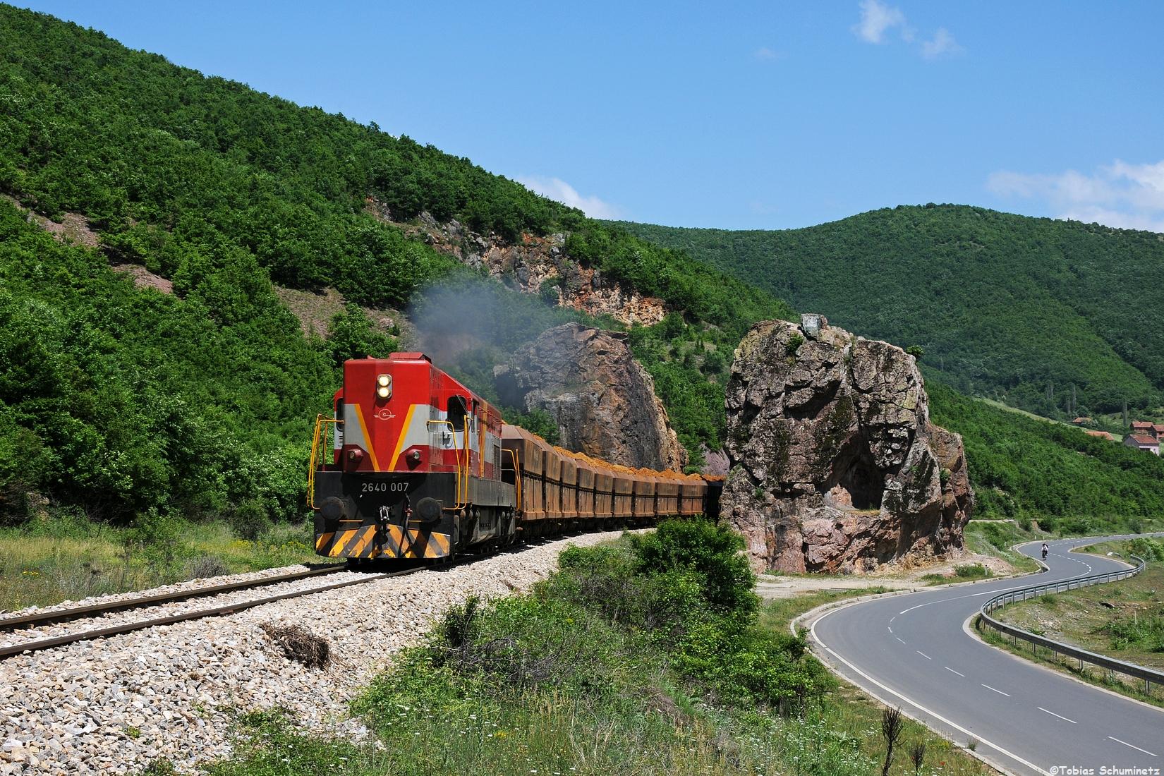 """Wir verfolgten den Zug und an der """"Alten Frau"""", wie sich diese Felsformation nennt, konnten wir ihn ein weiteres Mal umsetzen. Es ist eins meiner Lieblingsbilder aus dem Kosovo geworden."""