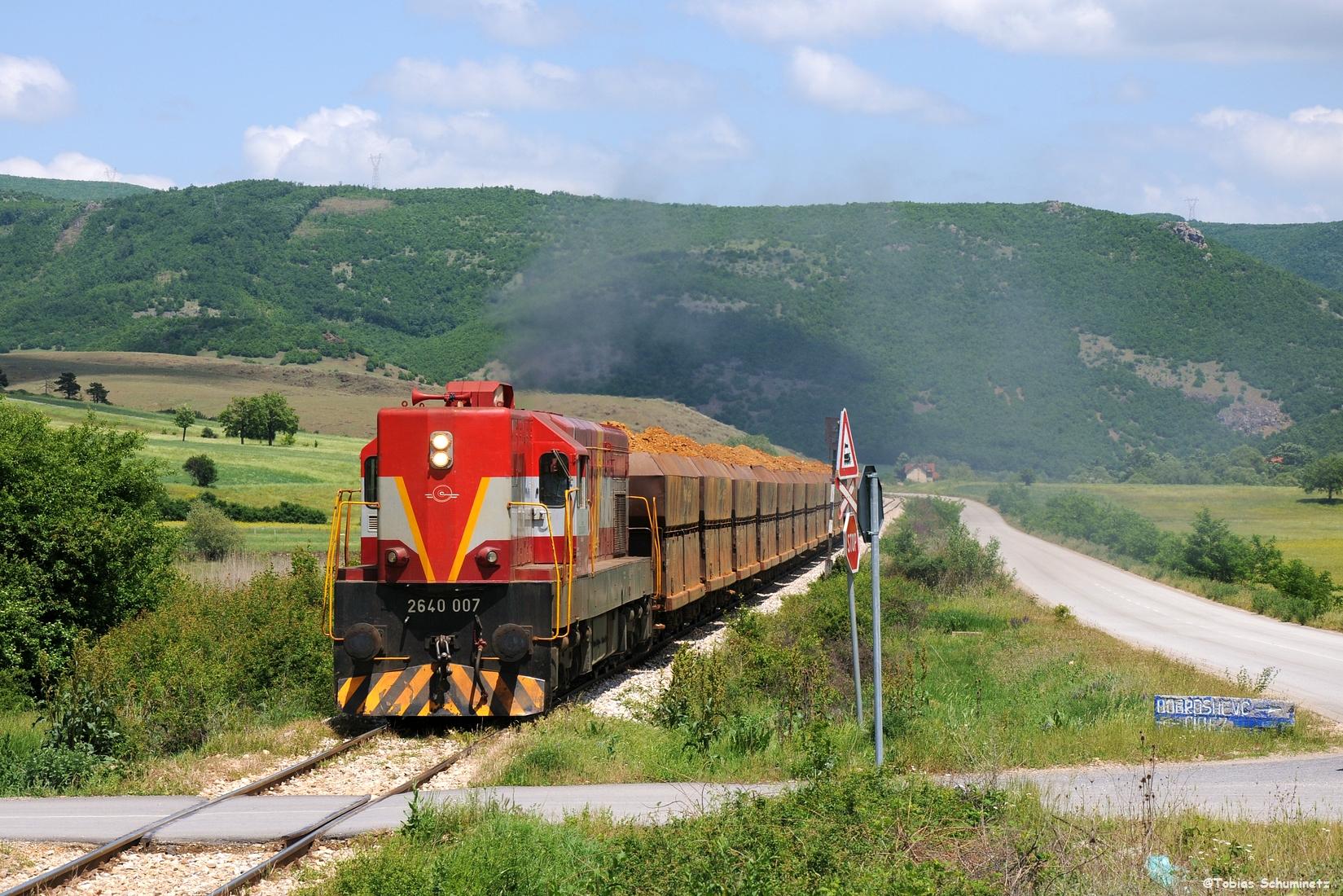 Nochmals ein paar Kilometer weiter hinter Dritan konnten wir den Zug nochmals mit einem der tollen in Stein gemeisselten Wegweiser umsetzen.
