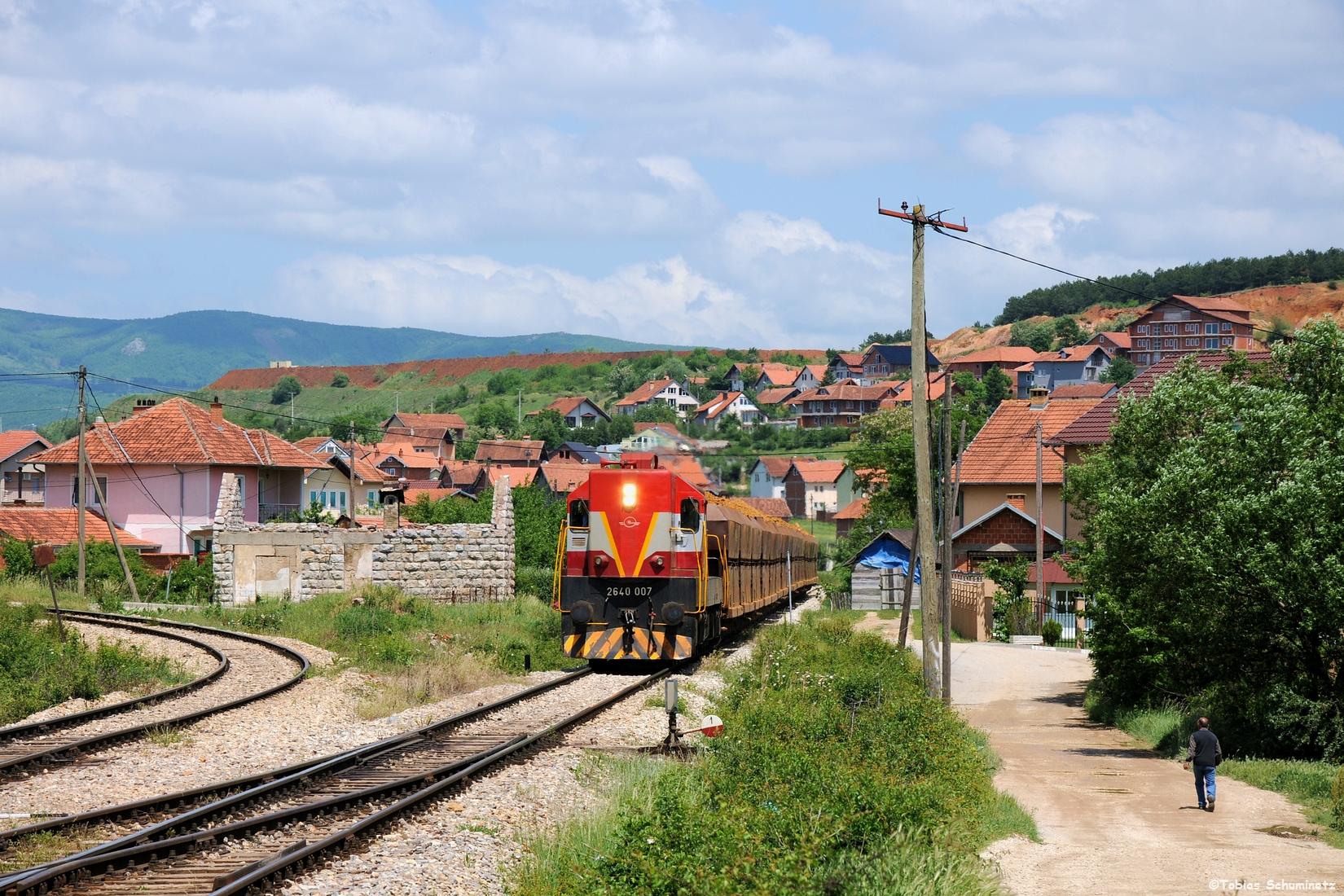 Dann fuhren wir ein Stück voraus, da der Zug bis Drens einen wesentlich kürzeren Weg hatte als wir mit dem Auto. Hier der Zug bei der Einfahrt in den Bahnhof Drenas.