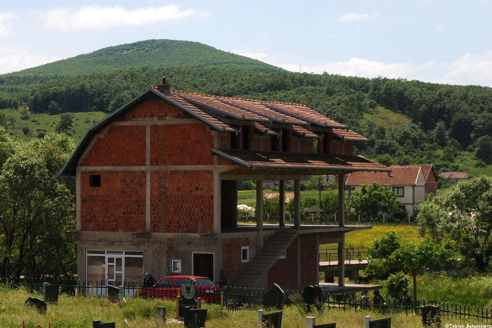 Ein typische Haus. Unten wird schon drinnen gewohnt, bzw. befindet sich ein Laden und oben wird weiter ausgebaut, wenn das Geld dazu da ist.