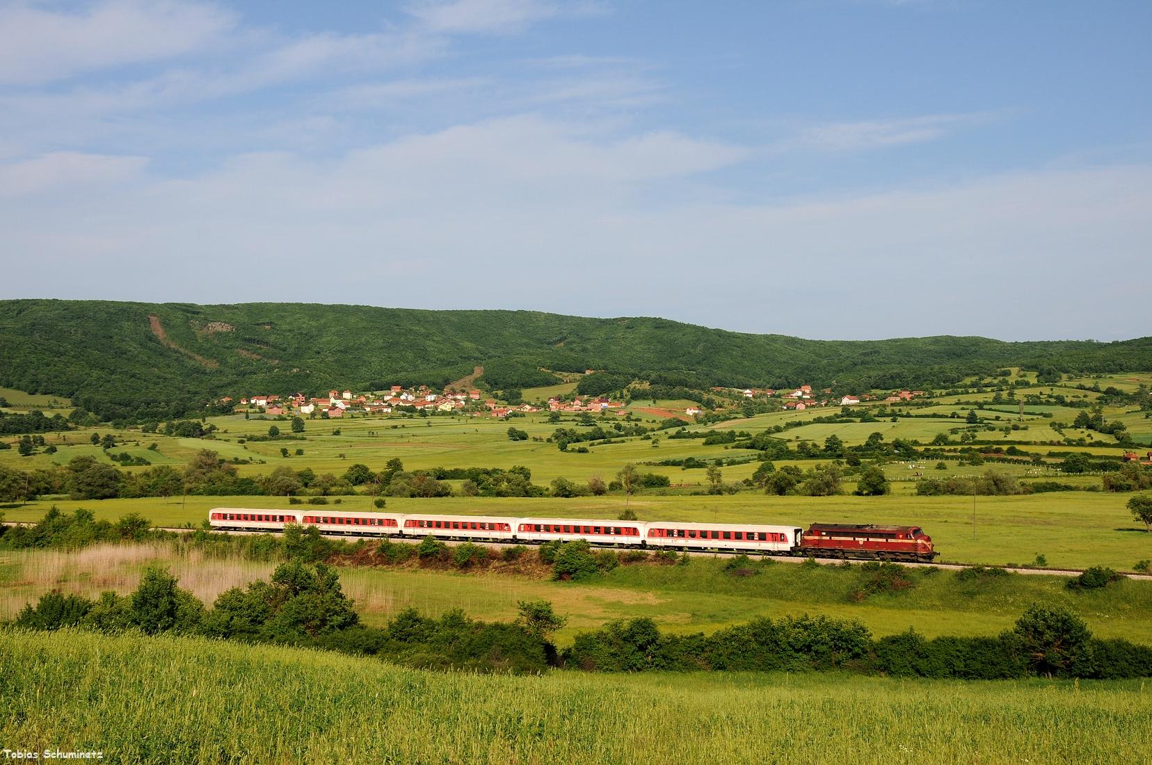 Hinter Dritan machten wir auf den langen Zug noch einen Seitenschuss in die weitläufige Landschaft.