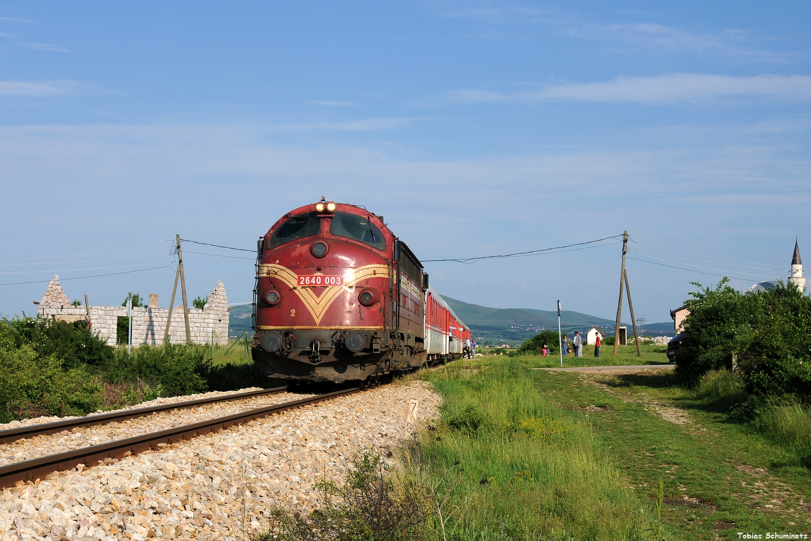 Da der Bahnsteig viel zu kurz für den langen Zug war, wurde einfach weiter vorgefahren.