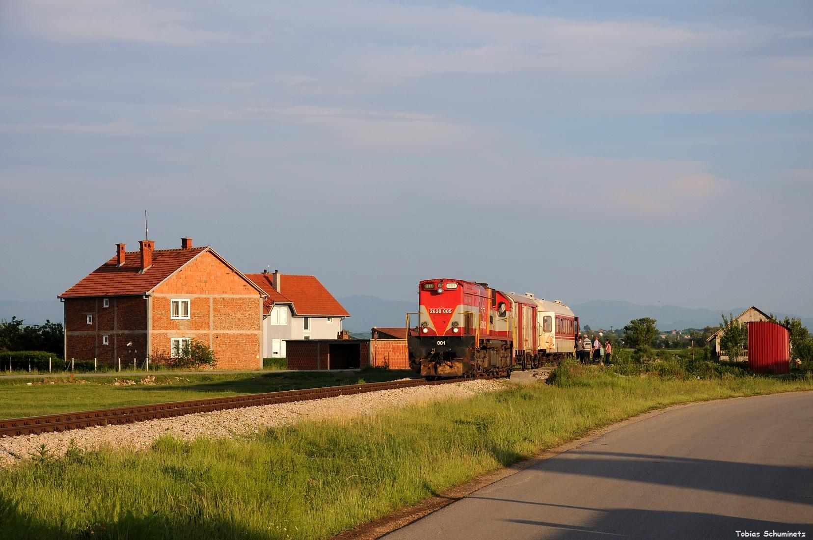 Gleich anschliessend fuhren wir noch zum Haltepunkt Fushlot um den IC892 von Skopje her aufzunehmen. Im allerschönsten Abendlich stand der Zug dann am Bahnsteig.