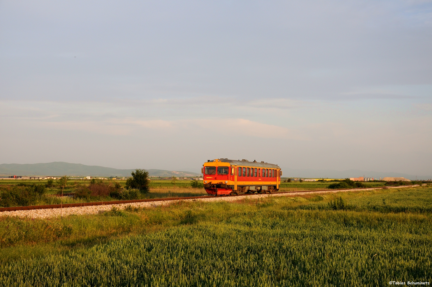 Auch der Nachschuss im Abendlicht überzeugte sodass wir hier unser letztes Eisenbahnbild machen konnten. Immerhin haben wir endlich auch einmal einen der Triebwagen fotografieren können.