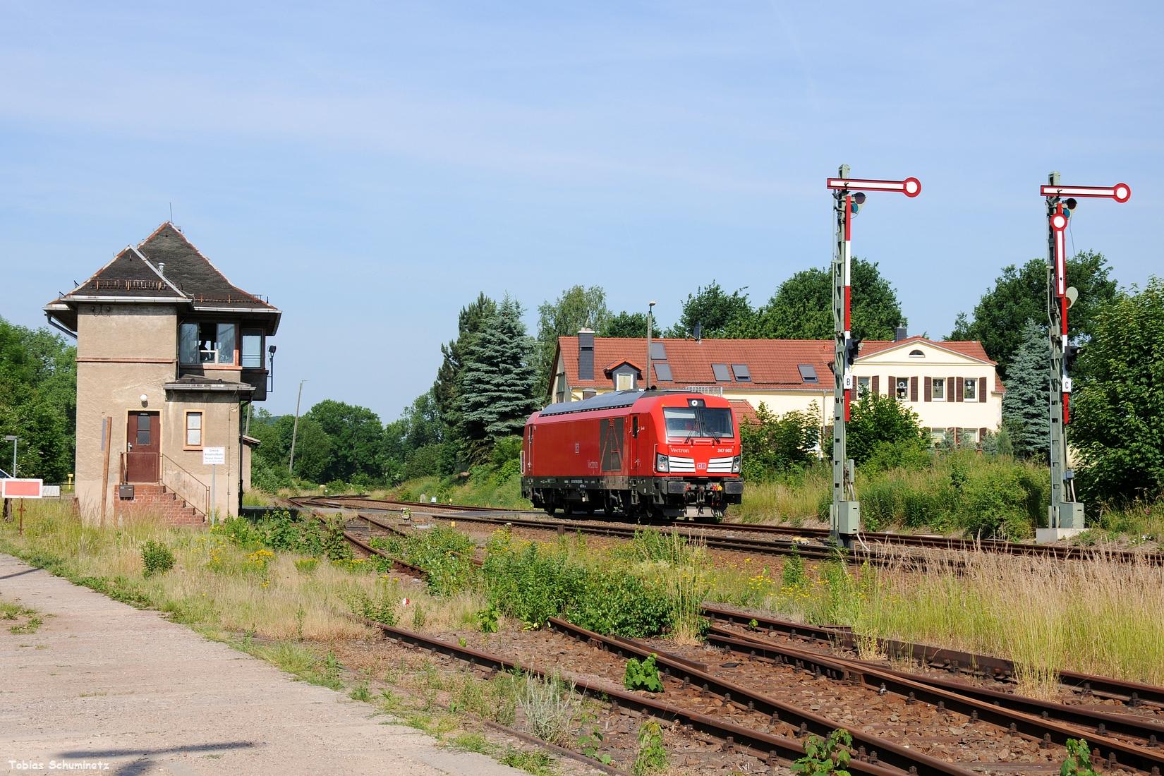 Da die Lok an der Einfahrt von Deutschenbora wieder auf den Fahrdienstleiter warten musste, war eine Vorfolgung kein Problem. Hier ist 247 903 bei der Einfahrt in den Bahnhof Deutschenbora.